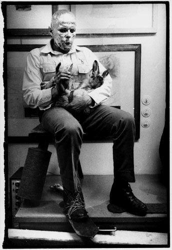 """""""Como explicar los cuadros a una liebre muerta, 1965, performance de Joseph Beuys (1921-1986)"""" (imagen enviada por el autor del texto)"""